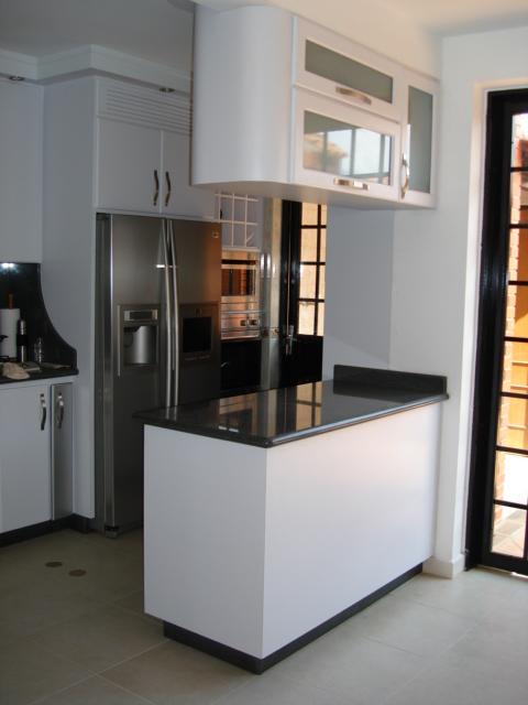 Fotos de cocinas con desayunador fotos presupuesto e for Cocinas blancas pequenas